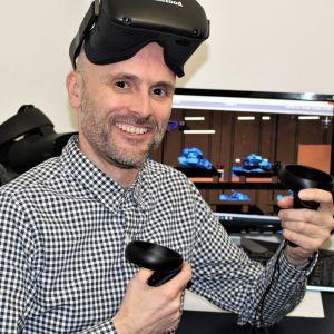 Spelutvecklaren Simon Smith. På bilden har han på sig ett par 3D-glasögon.