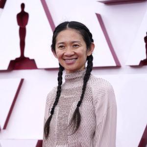 Regissören Chloé Zhao på röda mattan under Oscarsgalan 2021.