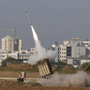 Det israeliska luftvärnssystemet Iron Dome i full aktion i utkanterna av staden Ashdod på tisdag morgon.