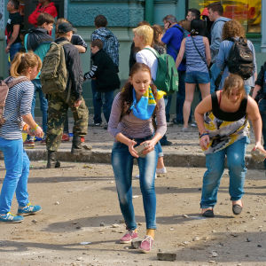 """Medlemmar i gruppen """"Single Ukraina"""" samlar gatstenar."""