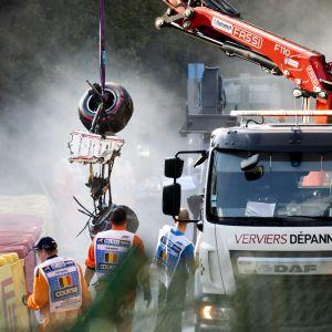 Delar av Juan Manuel Correas bil lyfts bort.