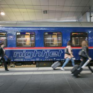 Österrikiskt nattåg på perrongen.