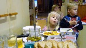 Dagisbarn i kö till mellanmål.