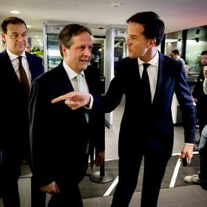 Partiledarna Lodewijk Asscher, Alexander Pechtold och Mark Rutte.