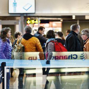 Människor köar vid säkerhetskontroll vid Helsingfors-Vanda flygplats under en strejk den 3 mars 2017.
