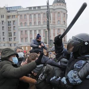 Kravallerpoliser slåt demonstranter med batonger.
