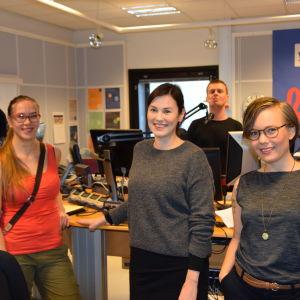 Anders Ahlbäck, Nana Blomqvist, Kira-Emmi Pohtokari, Joakim Rundt och Ylva Perera i studion under Yle Vegas metoo-kväll.