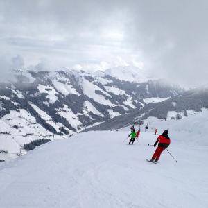 Personer som åker slalom i de österrikiska Alperna.