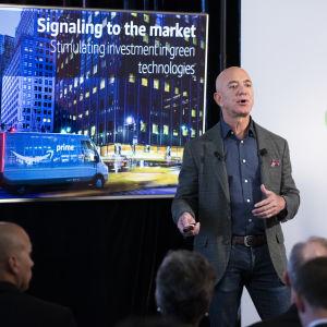 Jeff Bezos presenterar Amazons klimatlösningar.