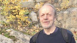 Niilo Suojama står ute vid en klippa.
