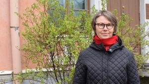 Minna Sarantola-Weiss, t.f. museidirektör för Helsingfors stadsmuseum utanför Villa Hagasund