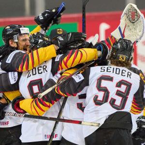 Saksan miesten jääkiekkomaajoukkue juhlii puolivälierävoittoa Sveitsistä MM-kisoissa.