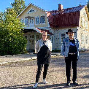 Hajalan kyläyhdistyksen sihteeri Sanna Alifrosti ja puheenjohtaja Pasi Lehti sekä Varsinais-Suomen kyläasiamies Tauno Linkoranta.