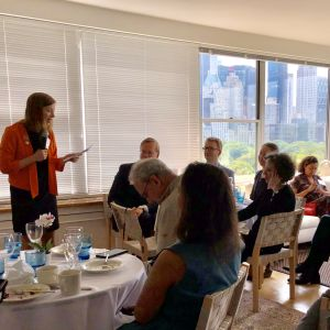 Li Andersson talar till amerikansk skolpublik på Finlands generalkonsulat i New York,