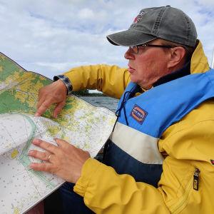 Jan Ekebom studerar sjökortet.