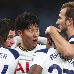 Tottenham firar mål.