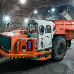 Sandviks gruvdumper TH550 är en av bilarna som Komas bygger i Karis.
