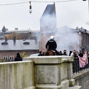 Polisen övervakar motdemonstranter i Tammerfors.