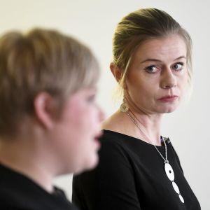 Riikka Pakarinen katsoo Annika Saarikkoa, joka on kuvalla etualalla.
