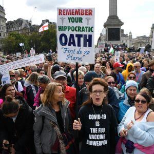"""""""Emme suostu""""-mielenosoitus keräsi Trafalgarin aukiolle Lontooseen tuhansia koronarajoituksia vastustavia mielenosoittajia 26. syyskuuta."""