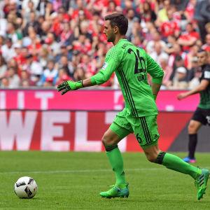 Sven Ulreich med bollen