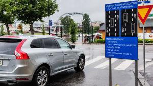 En blå skylt i korsningen av Lundagatan och Ågatan i Borgå. På skylten står regler om hur man ska köra.