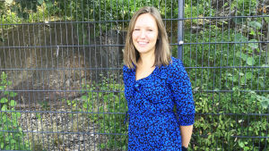 Mia Ahlskog i blå klänning.