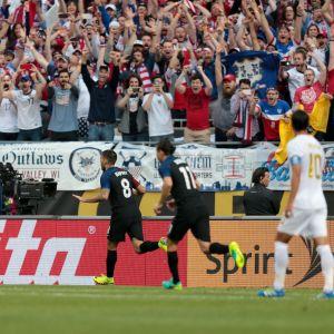 Clint Dempsey (#8) firar sin fullträff med publiken.