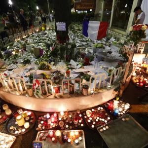 Blommor till minnet av offren i Nice