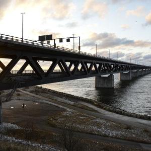 Solen går ner över Öresundsbron mellan Sverige och Danmark