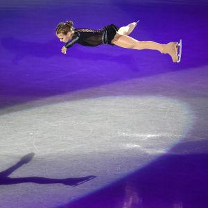 Alexandra Trusova gör ett hopp.