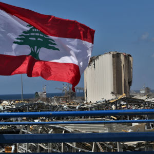 Libanonin lippu liehuu Beirutin tuhoutuneen sataman tietämillä 9. elokuuta 2020.