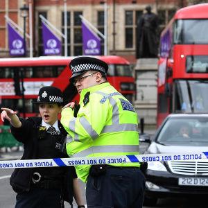 Polisen spärrar av trafik efter en terrorattack i centrala London.