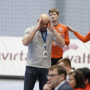 Ola Lindgren tar sig för huvudet