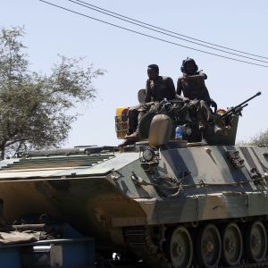Hyökkäysvaunu jonka katolla sotilaita ja Etiopian lippu