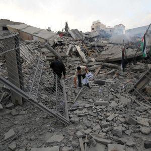 Hamasmedlemmar vid ett sönderbombat hus i Gaza City.