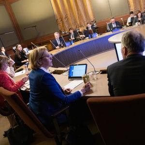 Ministrar sittande runt konferensbord i Ständerhuset.