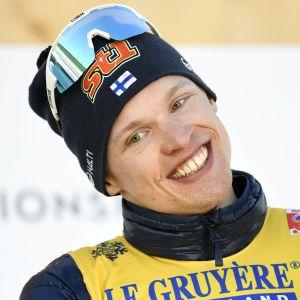 Besviken över bronset kunde Iivo Niskanen efter ett tag kosta på sig ett medaljleende.