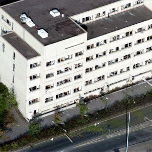 Förstörda fönster i Böle polishus efter bombdådet 1995