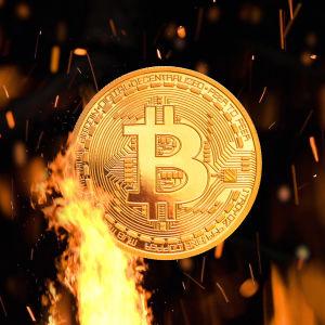 En bild av ett mynt med bitcoinmotiv och en låga och gnistor som flyger.