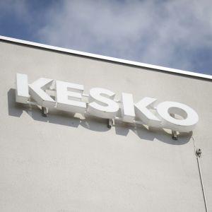 Keskos logga på en vit vägg.