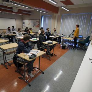 Savonlinnalaisen Mertalan koulun 9E-luokka oppitunnilla maaliskussa 2021.