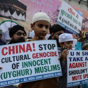 Personer i Mumbai demonstrerar för uigurers rättigheter.