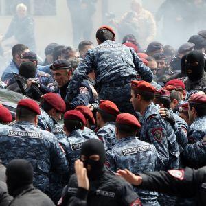 Polis i Jerevan angriper demonstranter som kräver premiärminister Serjz Sargsians avgång.
