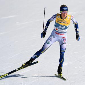 Frida Karlsson hiihtää