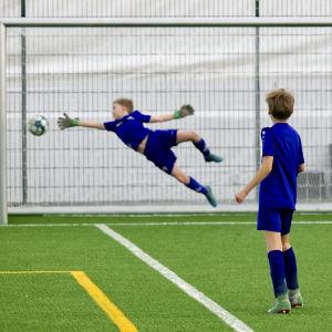 Jalkapalloseura PPJ:n 10-vuotiaiden poikien taitokouluryhmän treenit Jätkäsaaren kuplahallissa 1.4.2021.