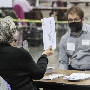 Vaalivirkailija näytti ääntä tarkkailijalle tarkistuslaskennan aikana marraskuun alussa Milwaukeessa.