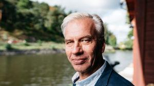 Stefan Härus står på bryggan vid en strandbod i Borgå