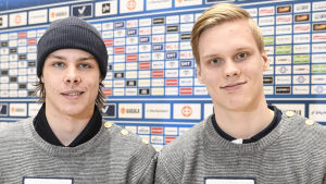 Offensiva backarna Miro Heiskanen och Olli Juolevi under en presskonferens inför turneringen.