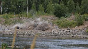 En sprängning vid en å.